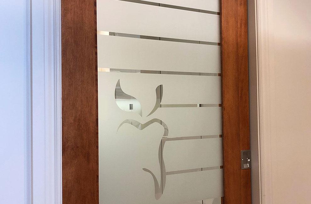 Habillage de bureau et intimité chez santé dentaire lanaudière, graphiste, installation