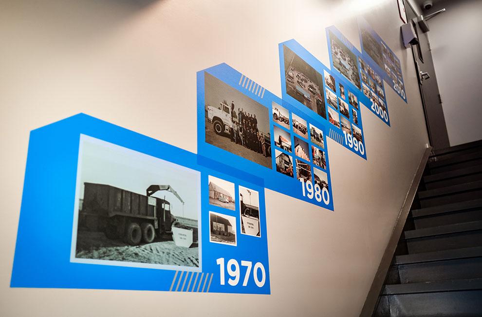 graphiste, conception graphiste du timeline de la compagnie, impression grand format et installation de la murale