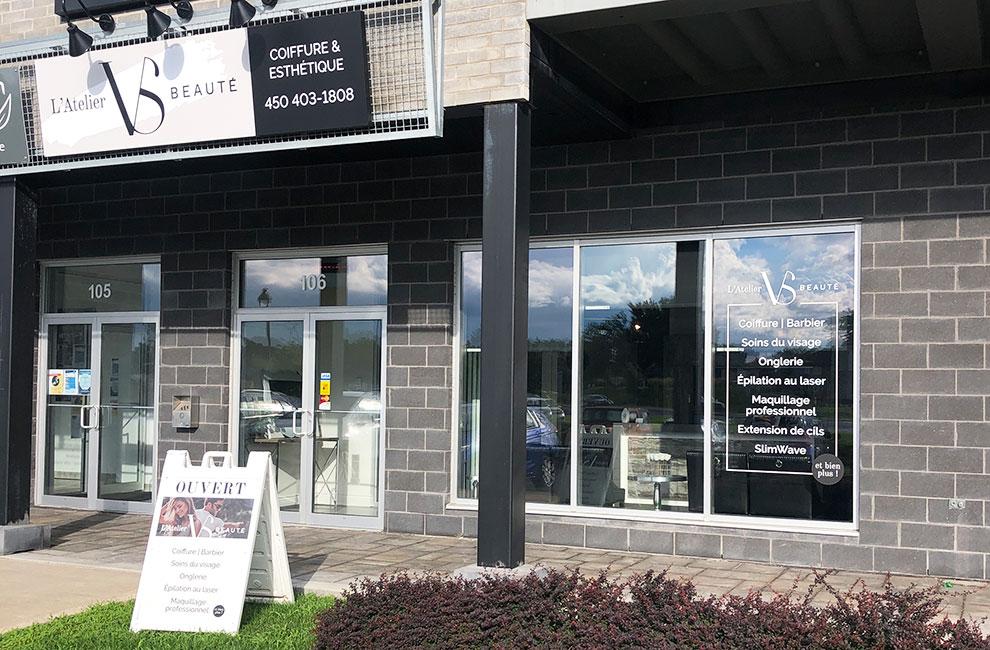 Affichage extérieur pour l'atelier VS beauté, graphiste, enseigne de magasin, habillage de vitrine, lettrage de vitrine